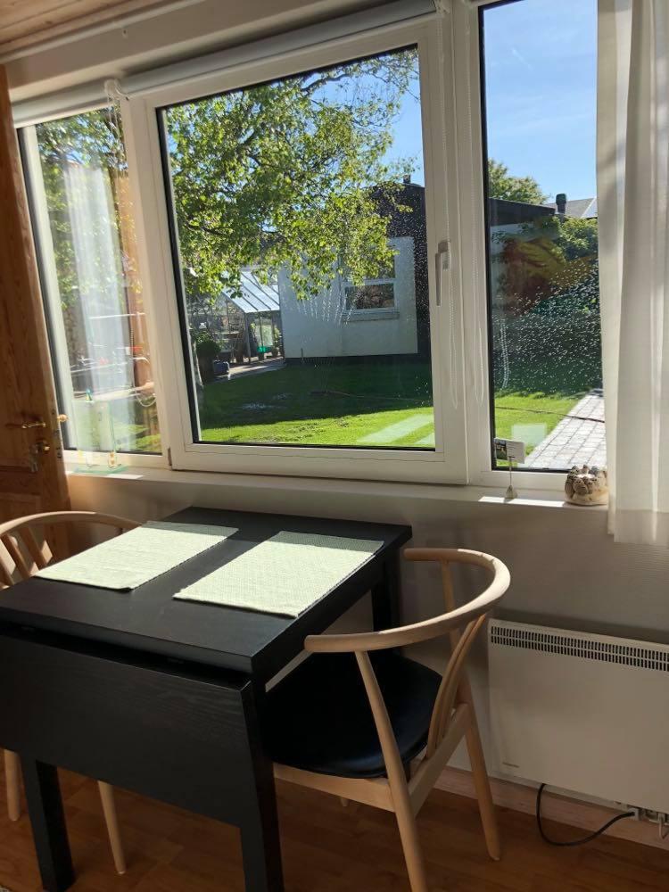 Udsigten fra værelset ud i haven i Skagen. Herfra er der kun 10 minutters gang til Skagen centrum.